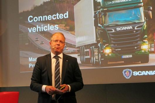 Martin Lundstedt, konsernsjef i Volvo Group lover å være ansvarsfull når over 4000 ansatte innen produksjon markedsføring av lastebiler, anleggsmaskiner og busser i konsernet mister jobben.