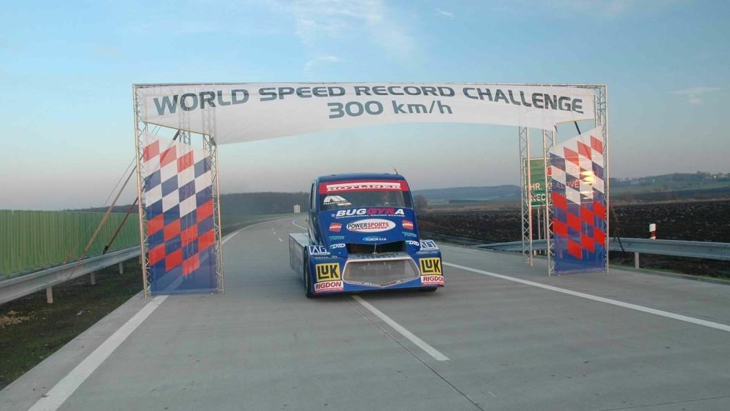 Det tsjekkiske Buggyra-teamet  håper å passere 300 km/t i et rekordforsøk denne sommeren.