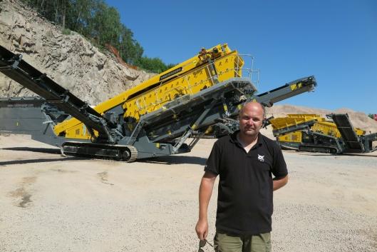 STØRST: Salgssjef Paul Håkon Endresen foran den største maskinen, Rubblemaster MSC 8500M, som ble vist på Demodagene.