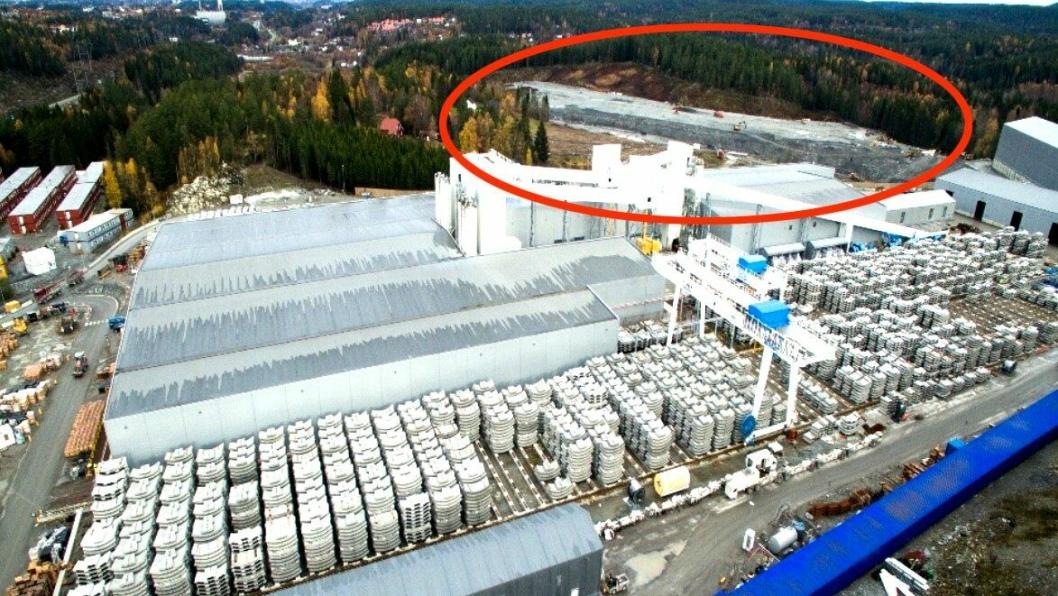 Depotet er markert med rødt. Den blå konstruksjonen nede til høyre er transportbåndet fra tunnelen til depotet. Midt i bildet er fabrikken som produserte betongelementer til tunnelene. Til venstre skimtes brakkeriggene, og bak dem er E6.