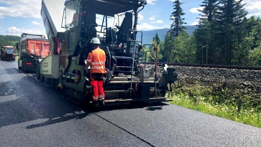 Forsøk med fiberarmert asfalt på fv. 30 i Singsås i Trøndelag.