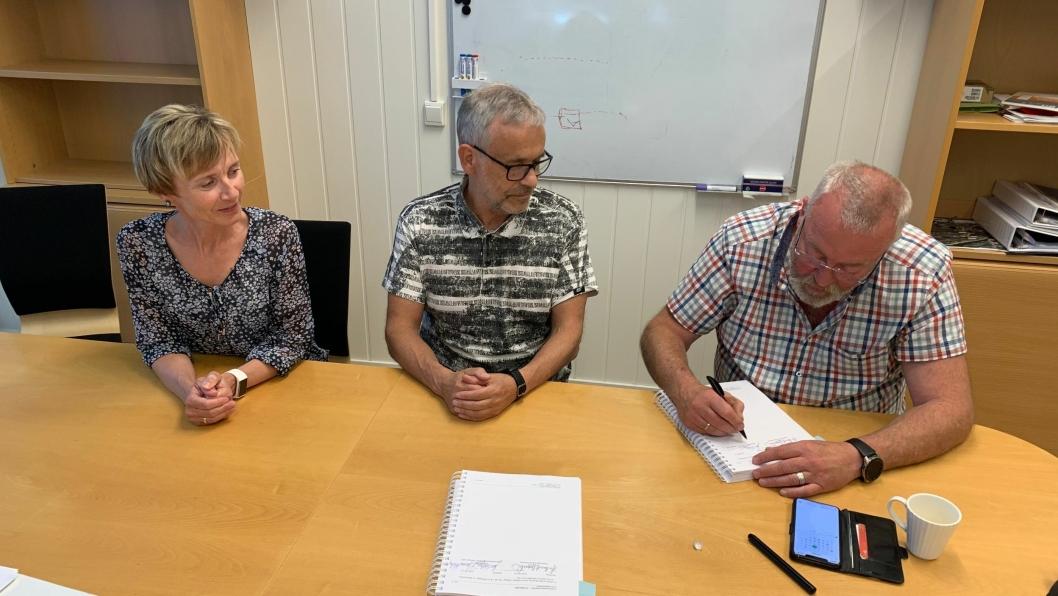 Signering for bygging av prosjektet fv. 17 Jåddåren-Østvik. Fra venstre: Tone Melhus Romstad, Trøndelag fylkeskommiune, Jon Sellæg, Røstad Entrepernør AS og Bjørn Aakre, Odd E. Kne AS. De to sistnevnte utgjør styringsgruppa til AF Kne/Røstad ANS.