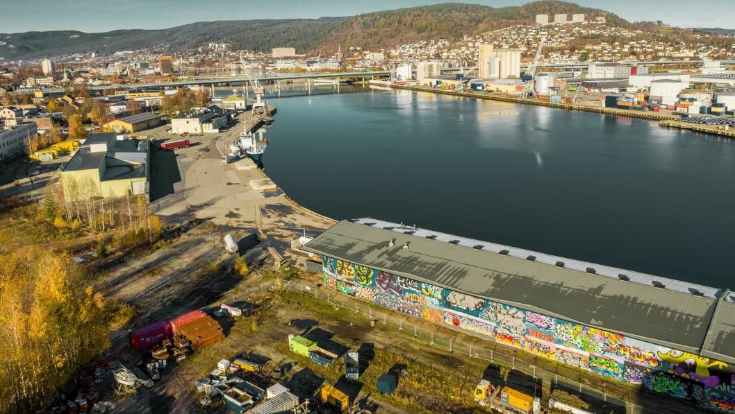 Havneområdet, Tangenkaia, nede i bildet, skal transformeres til en ny bydel i Drammen.