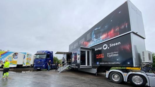 Bertel O. Steen stilte med en to-etasjes showtrailer.