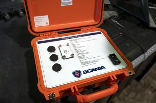 ÉN BRYTER: Det er kun én knapp og tre tilkoblinger for utstyr på SMAP-kofferten.