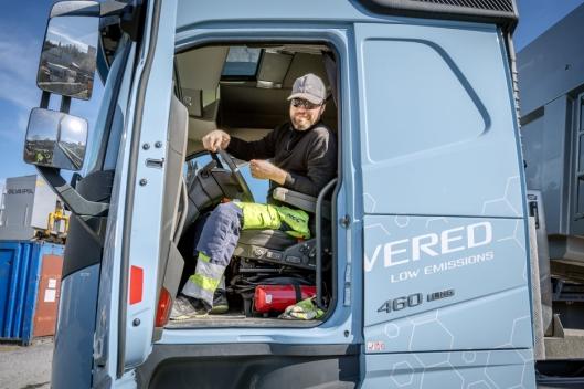 LITEN FORSKJELL: Snorre Storeng har kjørt den nye Volvo-gassbilen siden NCC tok den i bruk for å prøve ut biogass som drivstoff.