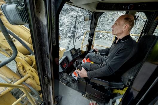 SOM NY: Med unntak av ferieperioder har Sverre Sukkehagen kjørt på nesten alle de 19.500 timene på hjullasteren. Etter linjeboring for noen år siden er maskinen fortsatt som en ny maskin å kjøre.