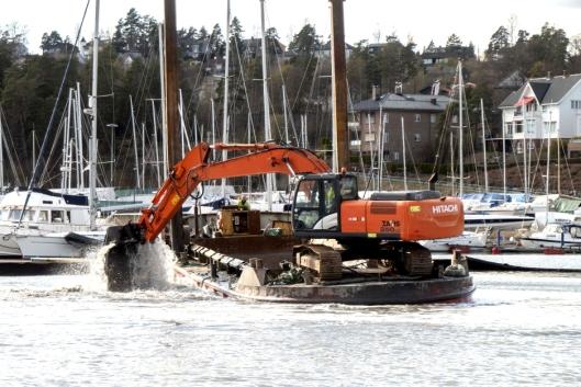 PADLER: Å se 300 tonn lekter, graver og gravemasser padles utover sjøen er kult. Du skal vite hva du driver med.