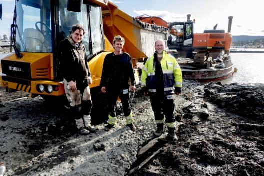 TEAM: Pål Anderson (t.v.), Yngvar Moe og Ruben Hansen sørger for bedre dybde i Solvik båtforenings havn.