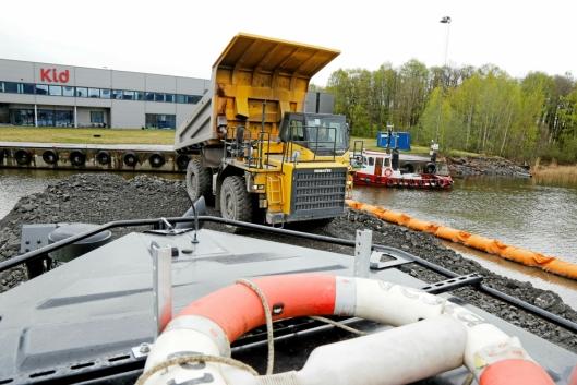 TIPPER: Tipptrucken legger igjen ca. 50 tonn stein som dozeren, med livbøye på taket, skal skyve videre ut i vannet.