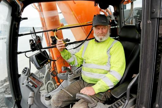 PLANLEGGING: Einar Kristiansen har 23 år bak seg i Ivar Tanum Entreprenør AS. Han kjører gravemaskin med langt aggregat og lemper masser langt ut i vannet, og slaker ut overheng på fyllingen. – Man må tenke på hvordan man plasserer seg og følge godt med på hvordan grunnen oppfører seg, sier han.
