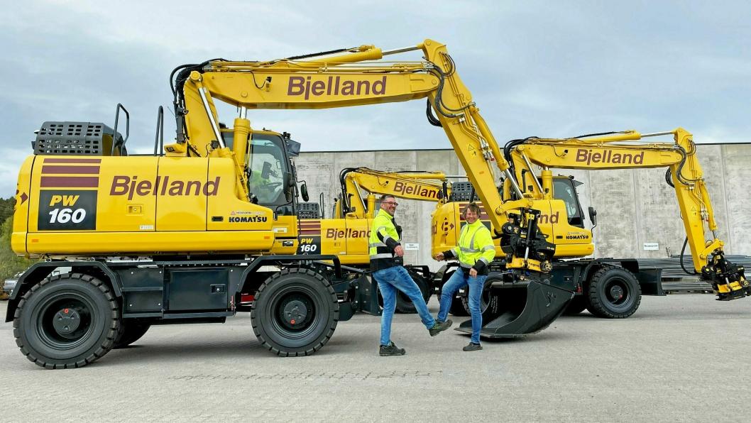 COVID-SHAKE: Hesselberg Maskin-selger Trond Sandanger (t.v.) og Ole Bjelland i Bjelland AS «tar hverandre i hånda» på riktig måte i disse dager.