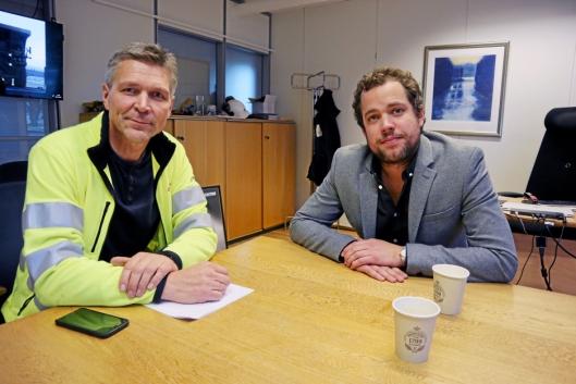 VENTER I SPENNING: Produktansvarlig Ole-Johnny Jenssen (t.v.) og adm. direktør Andreas Corwin venter i spenning på Komatsu-veihøvlene.