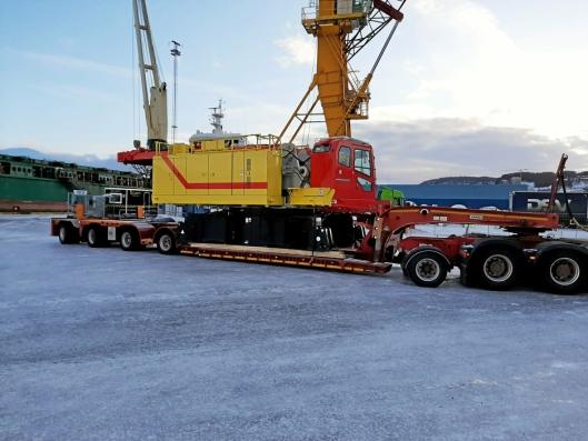 TRANSPORT: Overvognen på HSC-kranen veier 42 tonn. Ni semilass må til for å flytte alle krandelene mellom jobber.