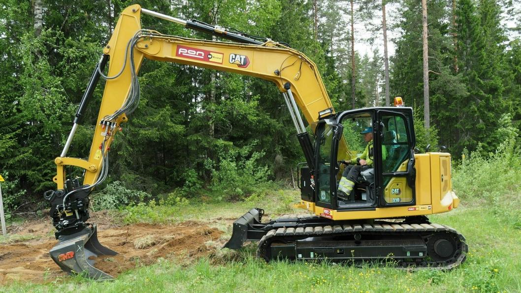 GJØR JOBBEN: På Sessvollmoen ved Gardermoen graver Omexom 4,5 kilometer kabel. Maskinfører Dag Buraas og Cat 310 NextGen fra Pon Rental gjør jobben.