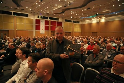 NFF deler ut Gullfeiselen hvert år. Arild Neby, Vegdirektoratet, fikk den på Fjellsprengningskonferansen i 2013. Foto: Klaus Eriksen