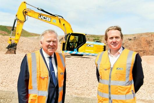 JCB-eier Lord Bamford og sønnen Jo Bamford har stor tro på hydrogen i anleggsmaskiner i fremtiden.