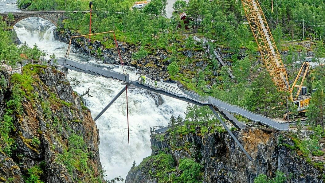 OVER FOSSEN: Det var spektakulært da Consolvo og Vest Kran heiste på plass den nye trappebroen over Vøringsfossen.