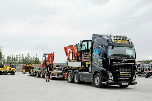 Flyttesjauen med utstyr i skytteltrafikk mellom gammelt og nytt hovedanlegg for Sørby Utleie AS. Foto: Klaus Eriksen