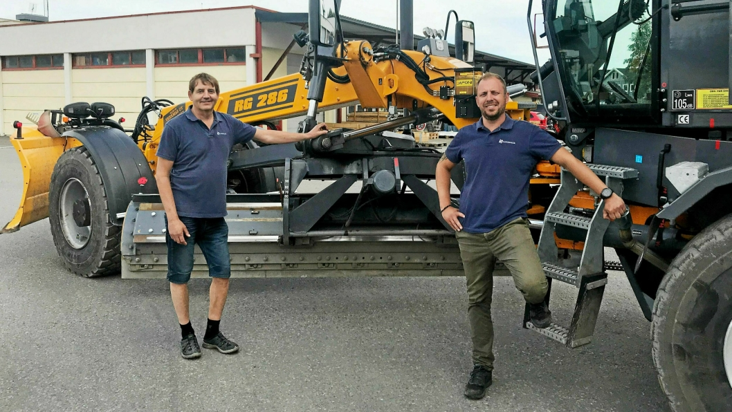 SNARVISITT: Veekmas-høvelen RG 286 var nylig kommet tilbake fra jobb hos Gjøvik kommune da Hans Ola Sandhaug (t.h.) og Tor Aamb ble foreviget.
