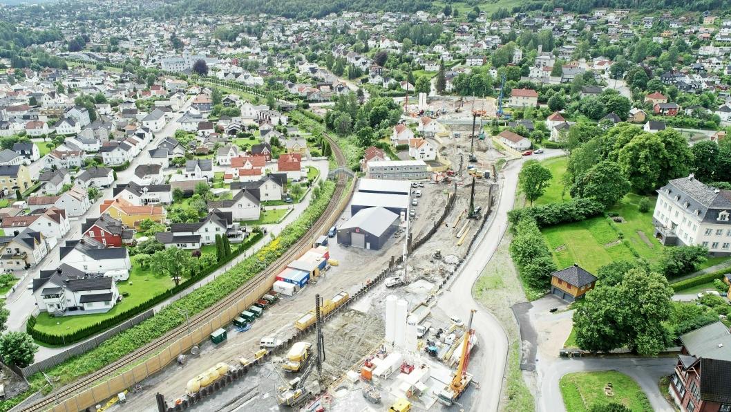 Her ses et av Bane NORs anleggsområder ved Nedre Strøm i Drammen. Det ligger tett på eksisterende Vestfoldbane. Her bygges det en kulvert og en løsmassetunnel, som vil møte Drammenstunnelen som nå bygges i Strømsåsen. – Da vi innførte klimakravene i 2019 trodde vi på en åtte prosents reduksjon i dette prosjektet. Nå ligger vi an til å kutte 25 prosent totalt, og opptil 75 prosent i enkelte delprosjekt. Veidekke har langt overgått kravene vi stilte dem, sier Håvard Kjerkol, miljørleder i Bane NOR..