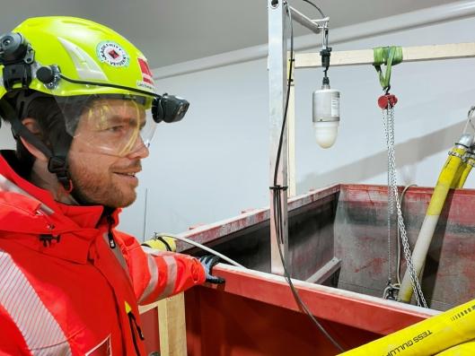 Lars Evensen Paulsrud, miljøsjef i Veidekke Anlegg, viser her fram vannrensingsanlegget ved anleggsplassen. Alt vann som påvirkes av anleggsarbeidene skal renses før påslipp til Drammen kommunens overvannsnett og utslipp til Drammenselva.