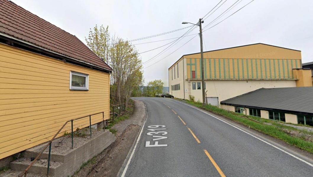 Svelvikveien er smal, svingene og dårlig tilrettelagt for gående og syklende.