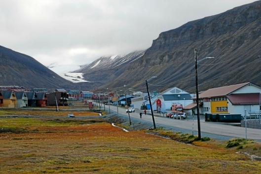 Noen av de kjente spisshusene skimtes til venstre. Noen av disse har vært skredutsatt tidligere.