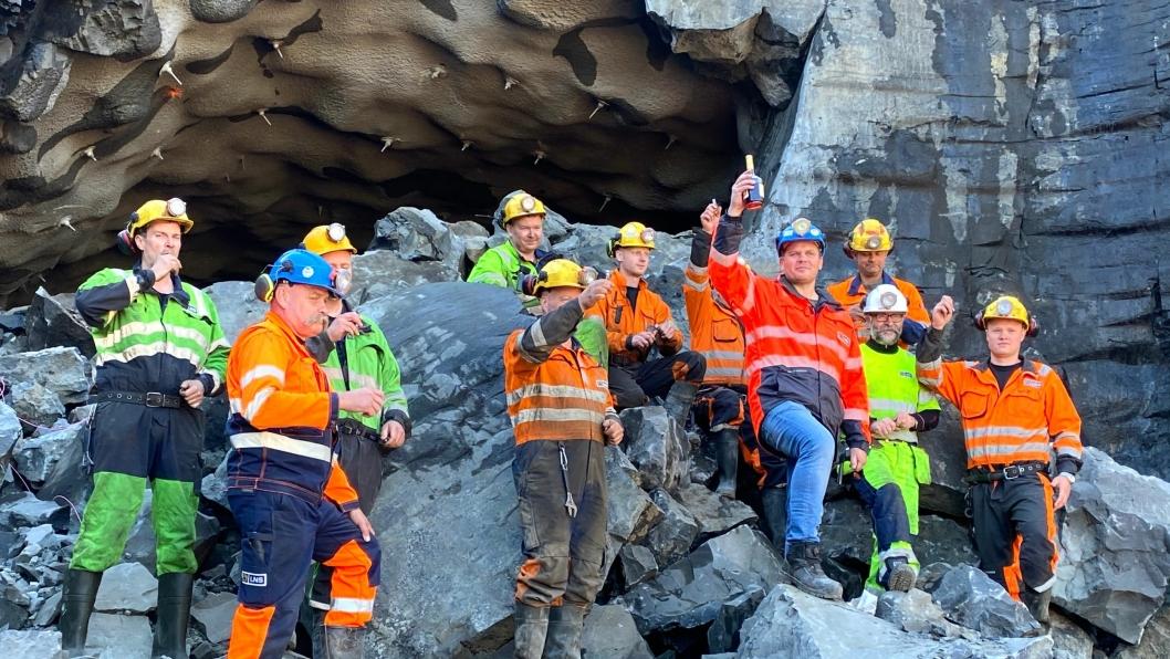 Fornøyde arbeidere feiret gjennomslaget.