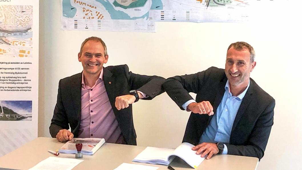 Ove Nesje, avdelingsdirektør utbyggingsområde midt i Statens vegvesen og Ståle Rød, konsernsjef i Skanska Norge, signerte kontrakten om byggingen av Nydalsbrua.