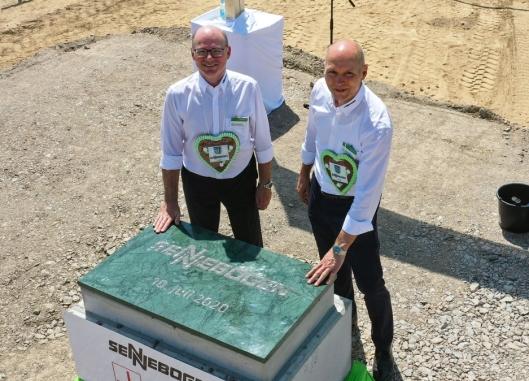 FORSINKET: Sennebogeneierne Erich og Walter foretar den symbolske grunnstennedleggelsen for kommende demosenteret ved Staubing.