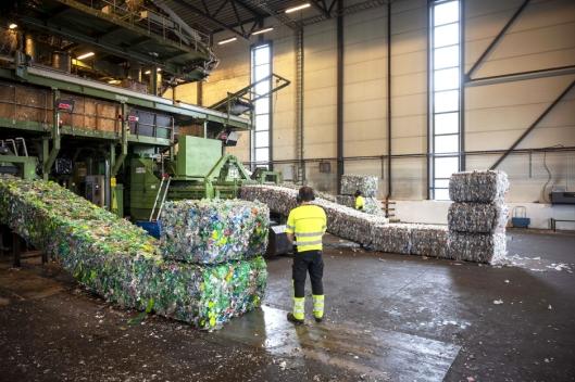 MASSIVE: Hele 1200 plastflasker er det i hver bail. De presses sammen med 120 tonns trykk.