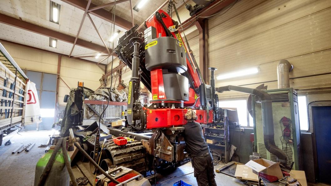 VUGGE: Palfingerkranen på den nye Prinoth-maskinen til Skagerak Energi er montert på en vugge som gjør det mulig alltid å ha kranstammen stående rett.