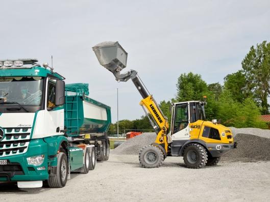 LASTING: Med stor løftehøyde, er det enkelt å fylle lastebiler og containerbiler.
