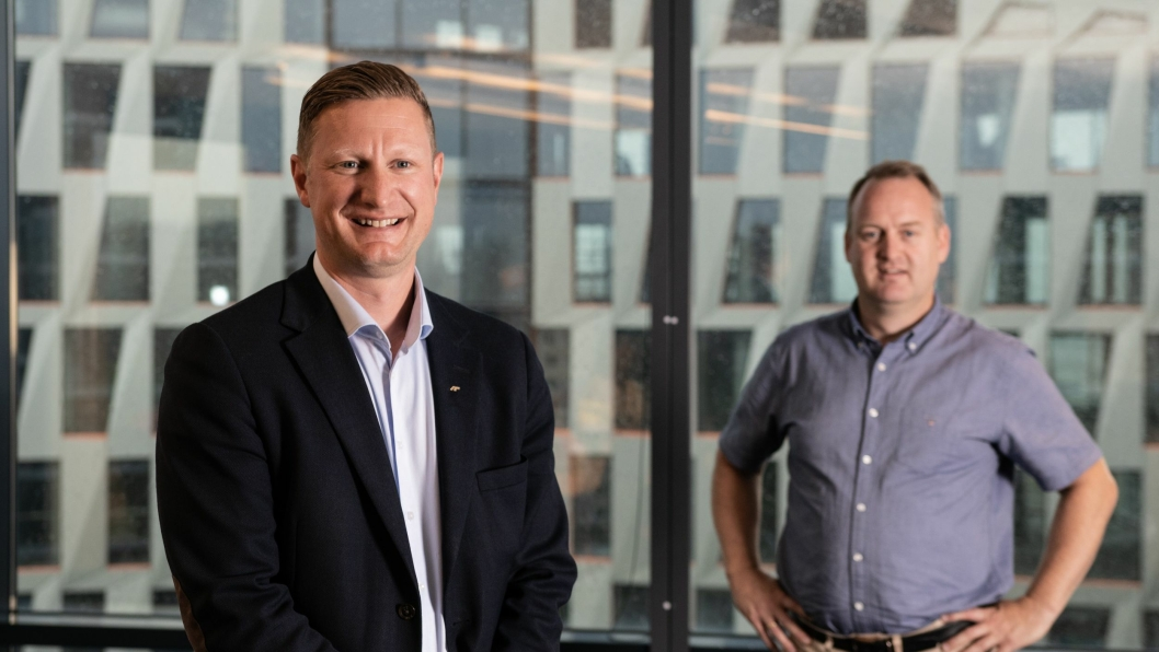 Amund Tøftum (t.v.) overtar som konsernsjef etter Morten Grongstad (bak t.h.) i AF Gruppen.