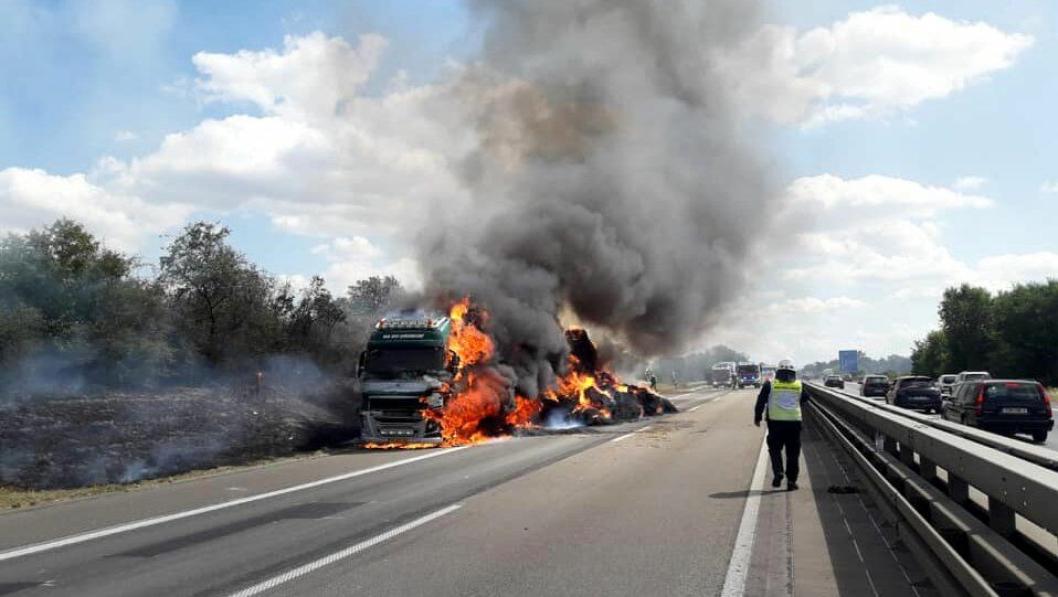 En passasjer i en svart BMW kastet en sneip på en halmtransport på A61 i Tyskland.