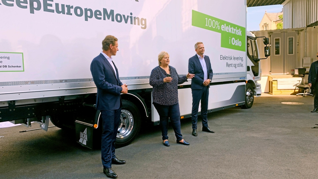 Erna Solberg avduket DB Schenkers nye elektriske Volvo FL, sammen med DB Schenkers konsernsjef Jochen Thewes (til venstre) og Schenkers toppsjef i Norge, Knut Eriksmoen.