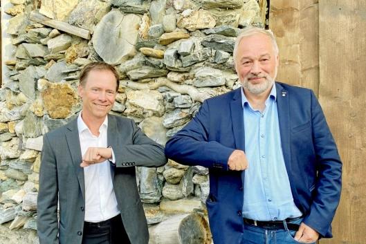 ALBUESHAKE: Adm. direktør Øystein Rushfeldt (t.v.) i Nussir ASA og adm. direktør Frode Nilsen i LNS følger regelboka for «handshake» nå om dagen.