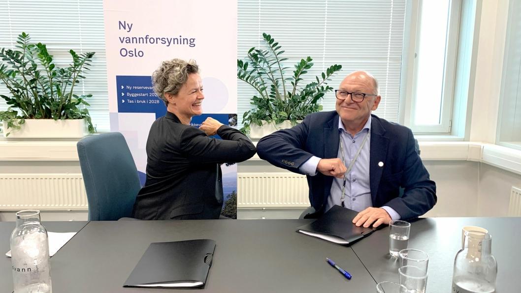 Anna Maria Aursund (direktør i Vann- og avløpsetaten) og Steinar Myhre (konserndirektør i Skanska Norge) gratulerer hverandre etter at kontrakten er signert.
