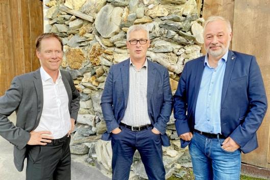STOR ARBEIDSPLASS: Øystein Rushfeldt (t.v.) i Nussir blir en stor arbeidsplass i Hammerfest kommune. I midten er varaordfører Terje Eikstrøm. Frode Nilsen (t.h.) og LNS ønsker å bruke mange lokalt ansatte.