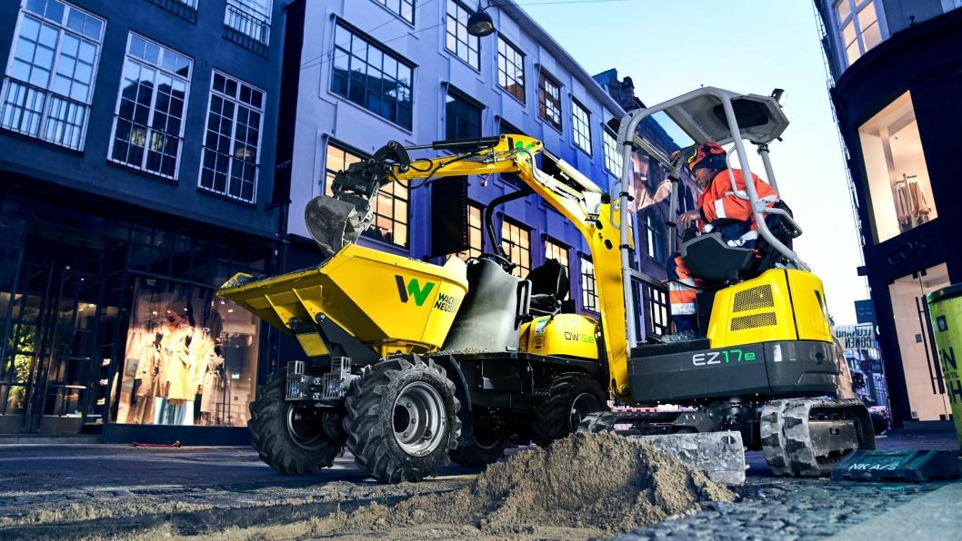 Her er den nye elektrisk minigraveren Wacker Neuson EZ17e i gang med å laste en elektrisk hjuldumper, Wacker Neuson DW15e i en bygate.