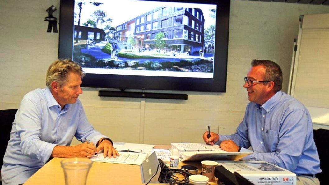 Gunnar Thompson daglig leder i BRG og Kai Valthyr-Hansen, avdelingsleder utbygging i Agder fylkeskommune skriver under kontrakten for bygging av Fagskolen i Agder og Grimstad tannklinikk.