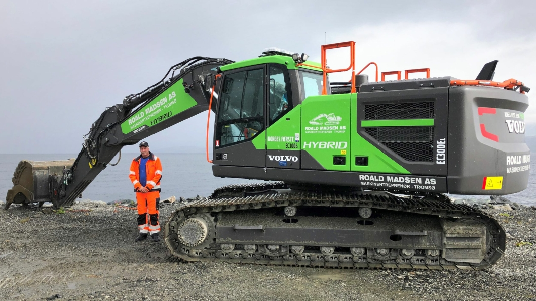 Maskinfører Asbjørn Solvang er godt fornøyd med den hybride Volvo-graveren, En EC300EL Hybrid.