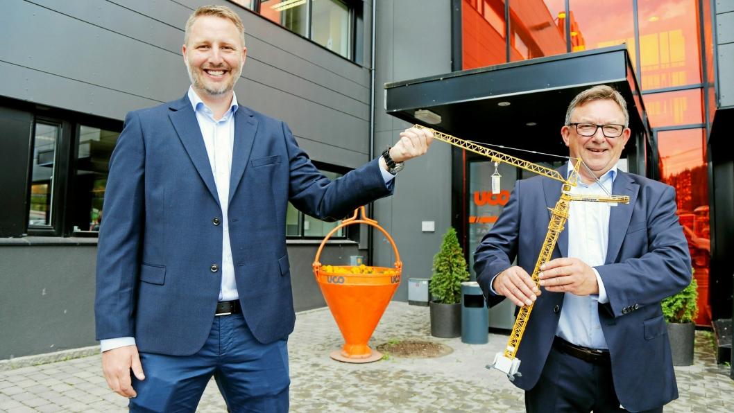 AVTALE: Adm. direktør Vemund Bye Garnås i BAS til venstre og adm. direktør Jostein Stormo i UCO har inngått avtale om salg av alle tårnkranene fra BAS til UCO.Foto: Klaus Eriksen