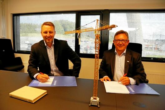 KONTRAKT: Her signeres avtalen mellom Vemund Bye Garnås i BAS (t.v.) og Jostein Stormo i UCO. Foto: Klaus Eriksen