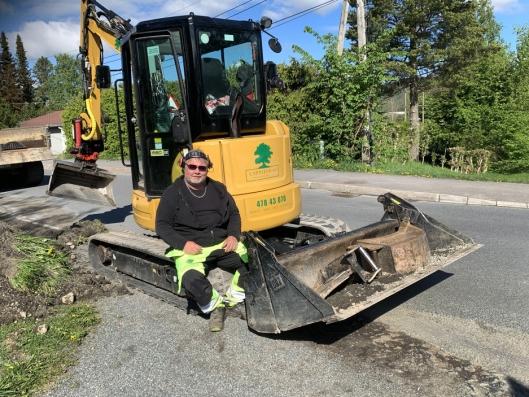 BESPARENDE: Ronny Østlund sparer mye tid ved å ha alt han trenger av utstyr med på maskinen.