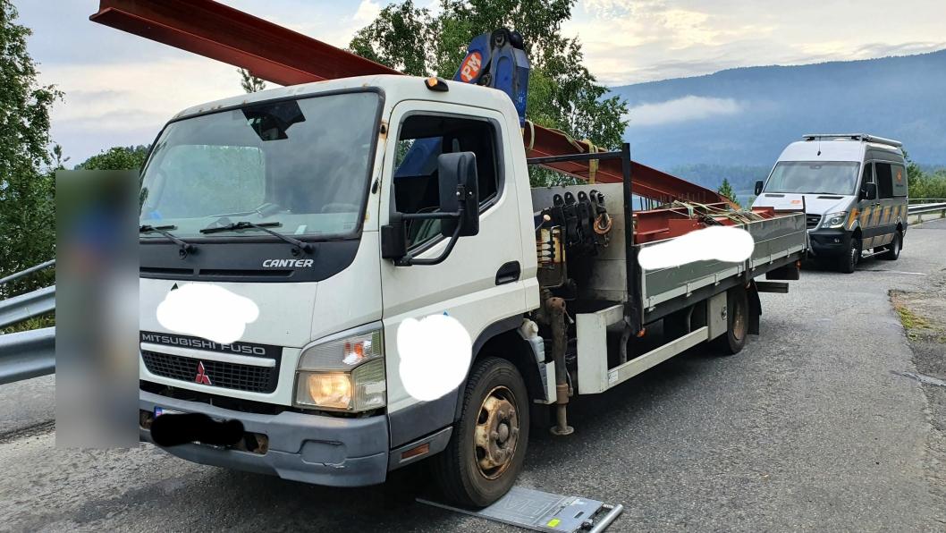 Det var mye som var galt da denne lille lastebilen med en stålbjelke på taket ble stoppet av Statens vegvesen.