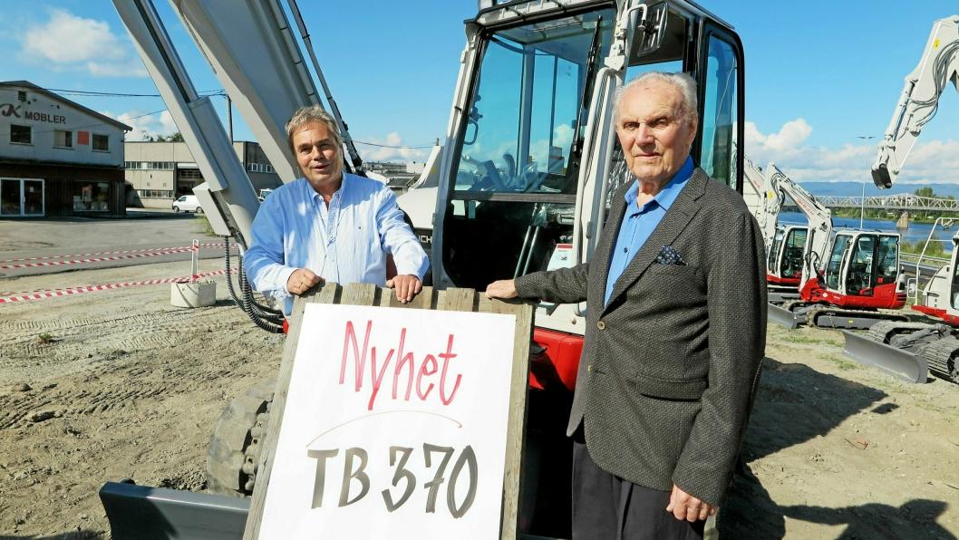 NYKOMMEREN: Senior Hans Olav Arnesen og junior og daglig leder, Bjørn Eirik Arnesen ved nykommeren i Mjøndalen.