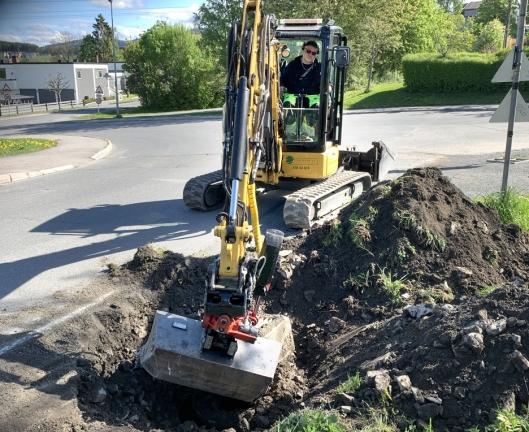 SELVHJULPET: Samtidig som Ronny Østlund graver for å skifte en dårlig kum, har han med alt utstyret som trengs på jobben i skuffen på motsatt side av graveren. Cat 304.5 XTC-maskinen til Jørgen W. Cappelen AS med skuffe var den eneste av sitt slag i Europa.