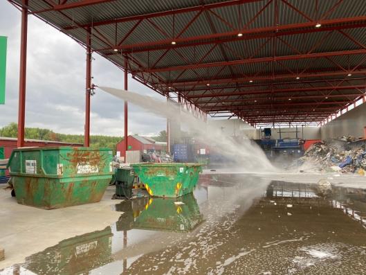 Den nye sorteringshallen til Ragn-Sells på Furnes har et topp moderne slukkeanlegg med kraftige automatiske slukkeroboter som setter i gang med slukkearbeid så fort varme oppdages.